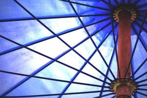 detalle de paraguas azul, fondo abstracto. foto