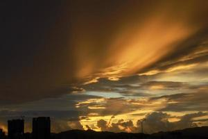 Cloudscape colorido con luz solar