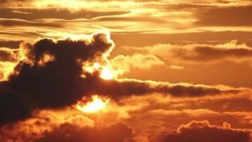 gran sol con cielo naranja video