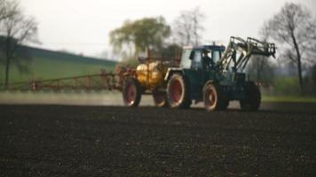 trator pulverizador fertilizar no campo com produtos químicos no campo da agricultura.