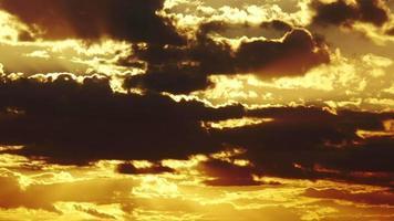 große Sonne mit orangefarbenem Himmel