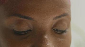 close-up dos olhos escuros de mulher jovem video