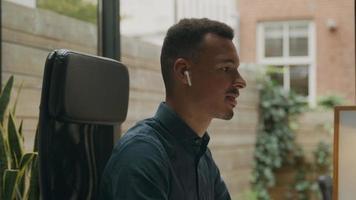joven, llevando, auriculares, hablar, en, reunión en línea