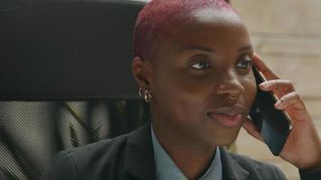 Mujer joven hablando por teléfono inteligente en la oficina en casa
