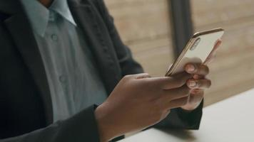 Mujer joven con smartphone en la oficina en casa