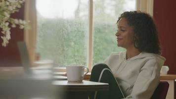 Mujer madura con llamada online en portátil