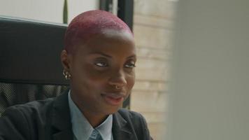 mujer joven, en, video reunión, en el escritorio