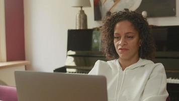 mujer madura, usar la computadora portátil, en casa