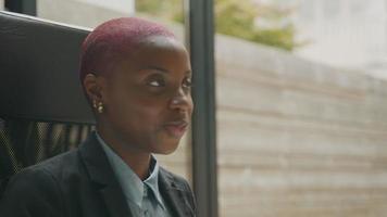 Mujer joven en video reunión tomando notas