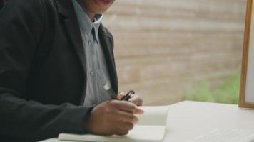 jovem em videoconferência fazendo anotações video