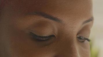cerca de los ojos oscuros de la mujer joven
