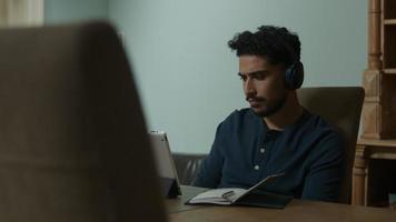 joven escuchando durante la reunión en línea