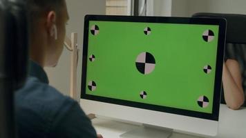 jovem usando computador desktop video