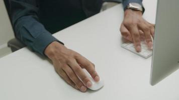 inclinare verso l'alto del giovane utilizzando il mouse e la tastiera del computer video