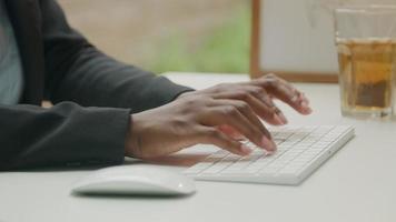 mujer con teclado y mouse inalámbricos