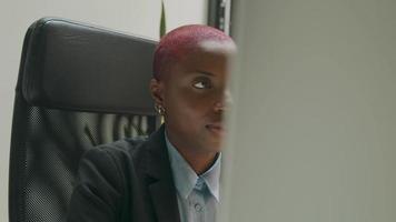 Toma panorámica de una mujer joven que trabaja en el escritorio