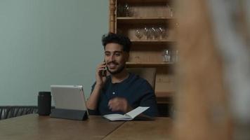 jeune homme au téléphone travaillant à domicile video