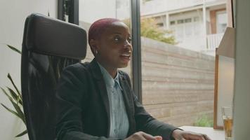 mujer joven, en, video reunión, en, computadora, en el escritorio