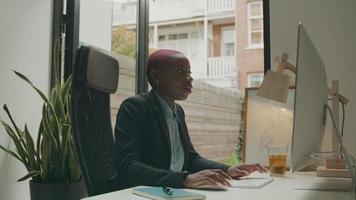 jovem em videoconferência no computador na mesa