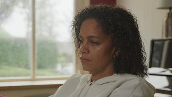 mulher madura trabalhando em casa e se concentrando video
