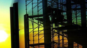 vidéo stock de laps de temps de coucher de soleil des travailleurs de chantier de construction. bâtiment de gratte-ciel en construction. panoramique vidéo stock