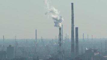 Rauchgase aus Industriekamin am Horizont video