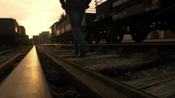 homem triste e solitário na ferrovia: adeus ao pôr do sol video