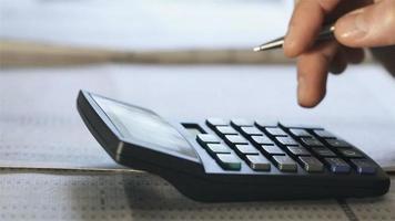 homem conta na calculadora, close up