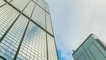 Wolkenkratzer und Himmel zoomen heraus