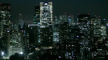 paesaggio notturno aereo dell'illuminazione della città di tokyo.
