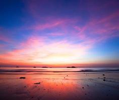 puesta de sol sobre el océano durante la marea baja