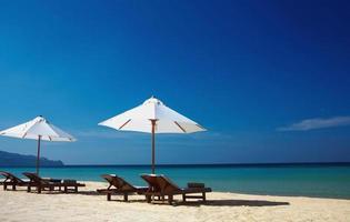 sillas y océano foto