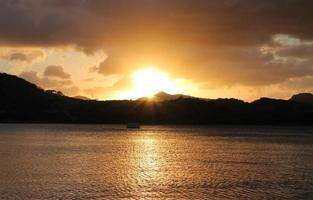incroyable coucher de soleil doré sur les collines et l'océan