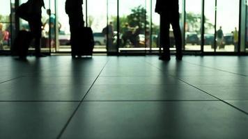 Video en cámara lenta: gente saliendo y llegando al aeropuerto.