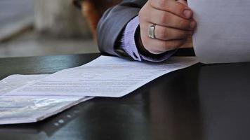 uomo d'affari considera documenti