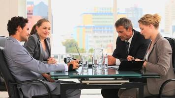 encontro entre quatro empresários