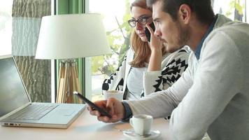 gente urbana de negocios en el interior de la reunión video