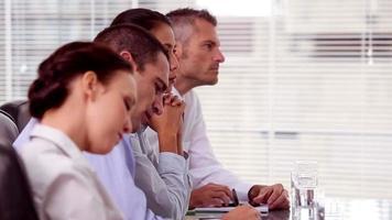 empresários fazendo anotações durante uma reunião
