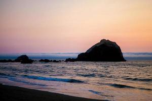 silueta de roca en la playa