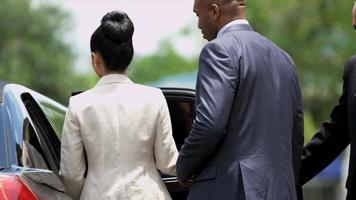 dirigenti aziendali multietnici che utilizzano limousine