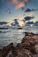 Amanecer sobre la costa rocosa en el paisaje del mar mediterráneo