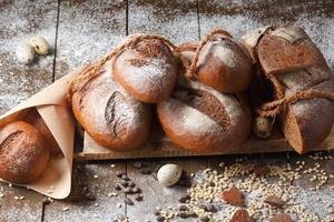Variedad de pan de centeno sobre un fondo de madera foto