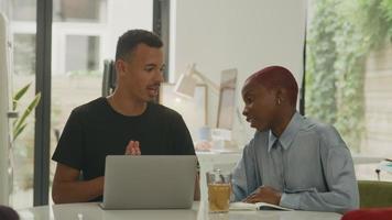hombre y mujer joven, usar la computadora portátil, en, oficina