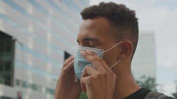 câmera lenta de jovem ajustando máscara protetora video