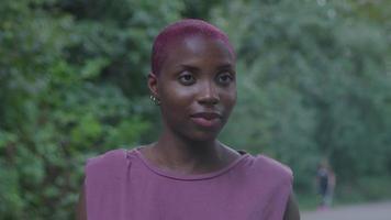 jovem mulher com cabelo raspado falando
