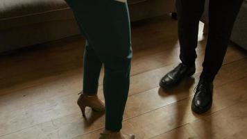 donna matura che balla con il giovane video