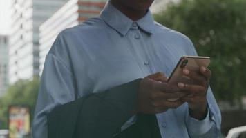 cámara lenta de mujer joven con smartphone