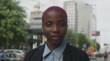 Zeitlupe der jungen Frau in der Stadtszene