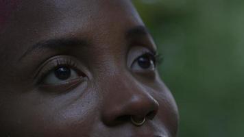 junge Frau schaut auf und lächelt video