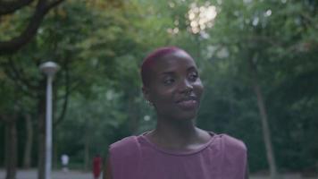 mujer joven, con, pelo rapado, ambulante, en el estacionamiento